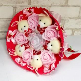Букет из игрушек Зайки 5 с розами розовый