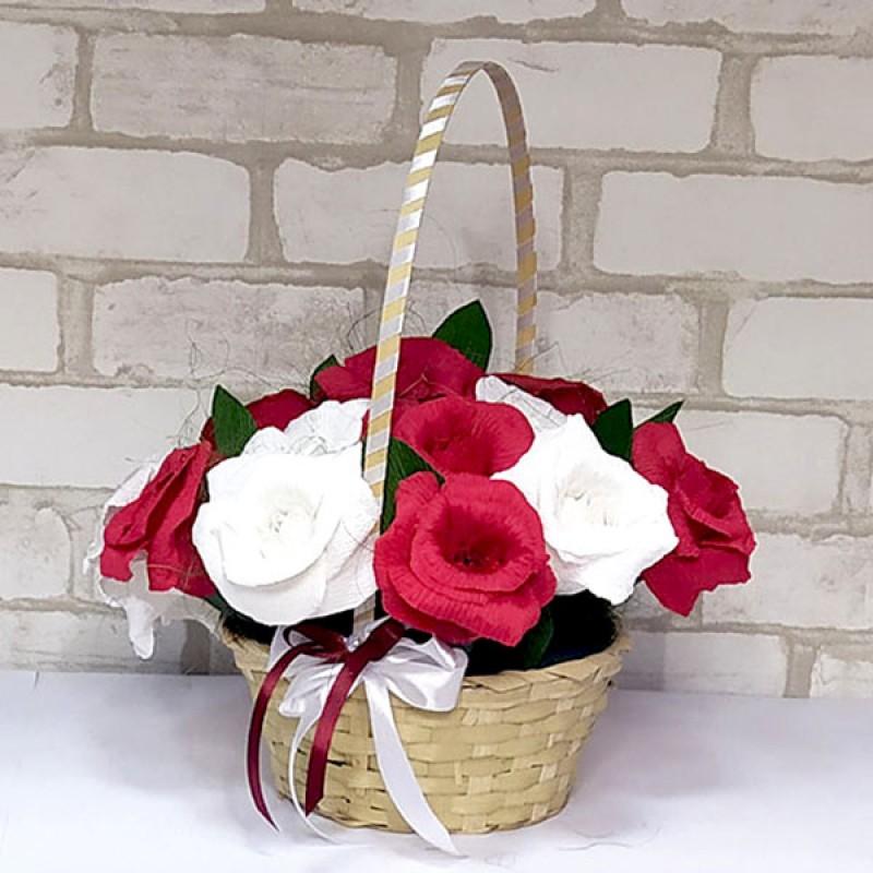 Букет из конфет Розы 15 в корзине красно-белые