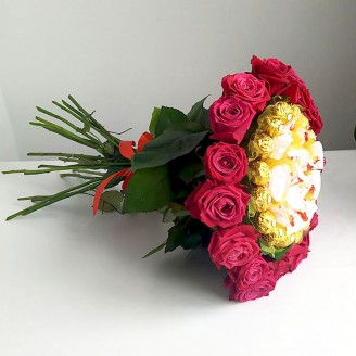 Букет из конфет Рафаэлло, розы и ферреро