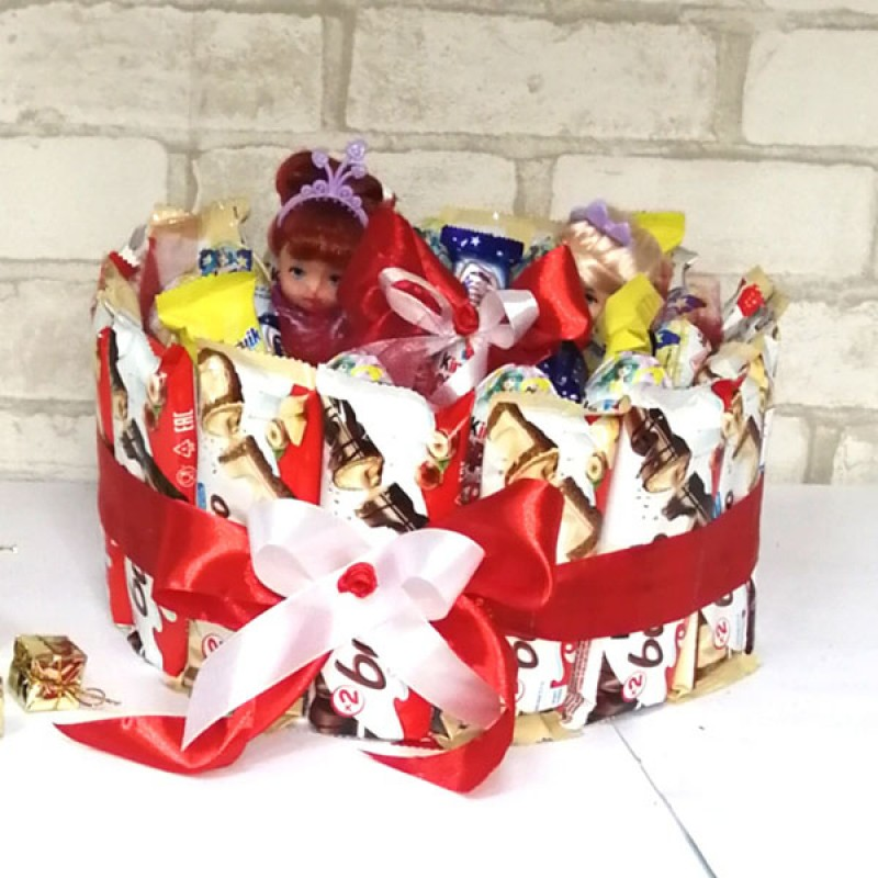 Букет з цукерок Тортик кіндер та ляльки