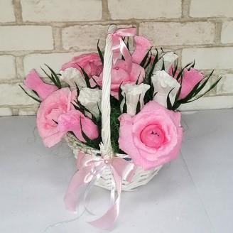 Букет з цукерок Троянди 15 в кошику біло-рожеві