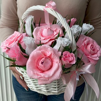 Букет из конфет Розы 15 в корзине бело-розовые
