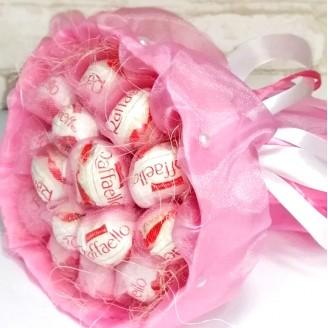 Букет из конфет Рафаэлло нежно-розовый