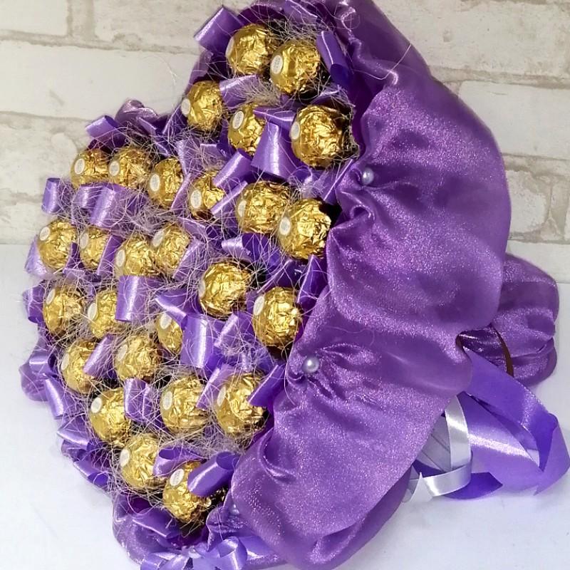 Букет з цукерок Серце бузкове з Ферреро роше