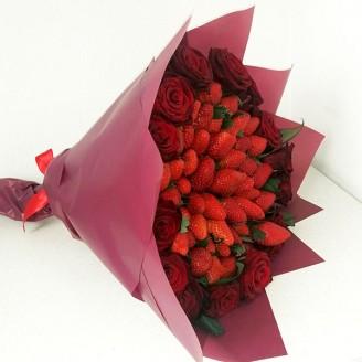 Подарунковий букет Полуниця та троянди