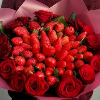 Подарочный букет Клубника и розы