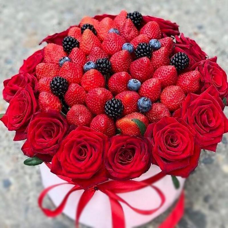 Подарунковий букет Ягоди та троянди