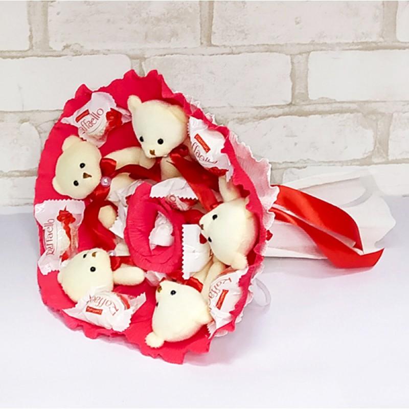 Букет из игрушек Мишки с Рафаэлло красно-белый