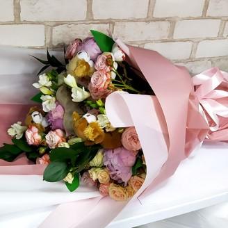 Букет из цветов с мягкими игрушками