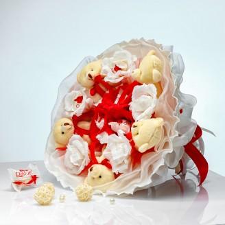 Букет из игрушек Мишки с конфетами Раффаэлло 5 в красно-белом