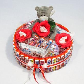 Букет из конфет Тортик из киндер с мишкой Тедди