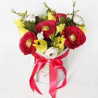 Букет з цукерок Троянди 15 червно-жовті в коробці-капелюсі