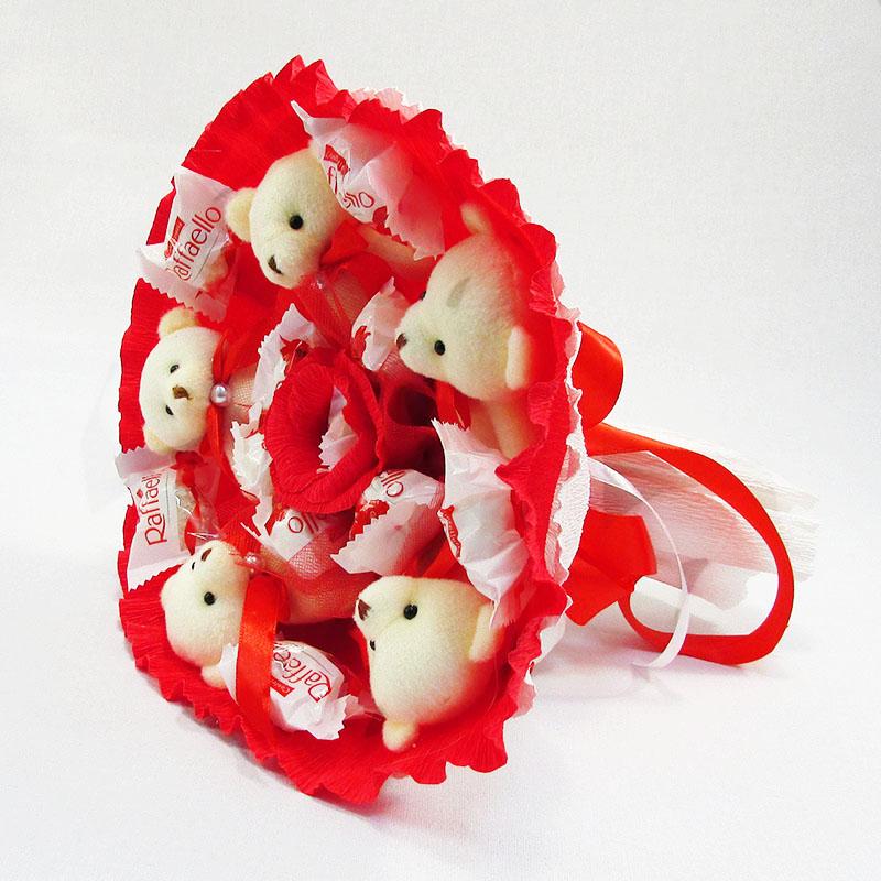 Букет из игрушек Мишки 5 с Рафаэлло красно-белый