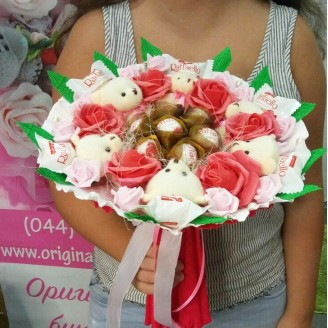 Букет из игрушек Мишки 6 с рафаэлло и розами
