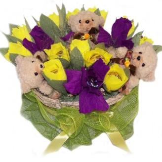 Букет из конфет Корзинка тюльпанов с ирисами и мишками