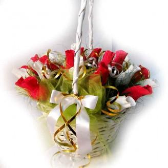 Букет из конфет Красно-белые розы в корзине