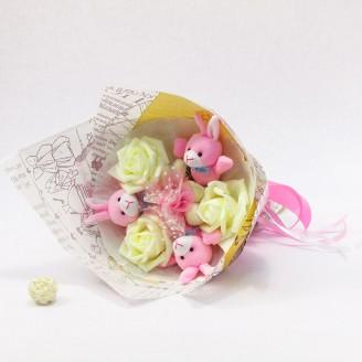 Букет из игрушек Зайки розовые в бумаге крафт